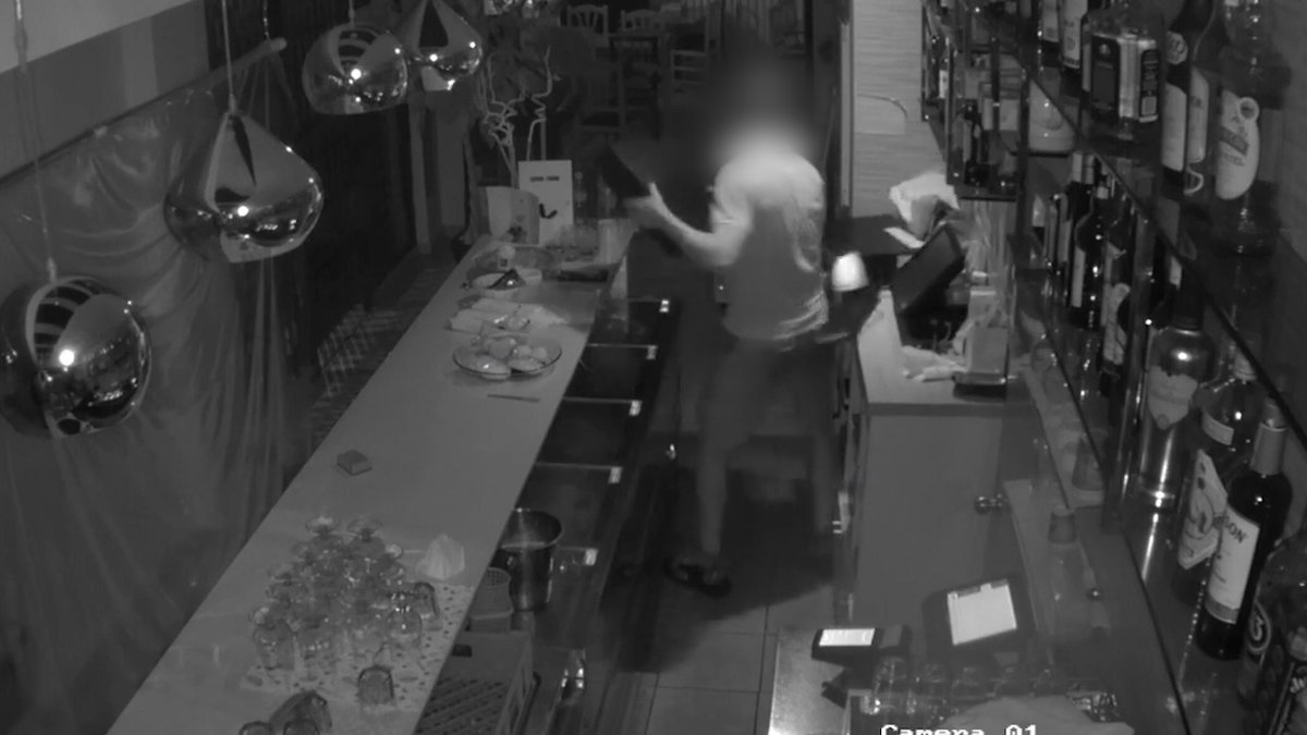 Detenim un home que va robar en set comerços de l'Eixample de Barcelona en menys d'un mes. El jutge va decretar el seu ingrés a presó https://t.co/1Jyc0Gj3Hf https://t.co/IYPwp63Nvj