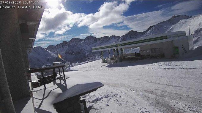 Buenas. Se despeja el cielo en el Pirineo con imágenes espectaculares. El frente calido de ayer a la tarde-noche disparo la cota, luego se han desplomado las temperaturas hasta los -7C° a 2400m. Gavarnie, Tebarray, Gran Facha  y Envalira. @CyNPirineos , https://t.co/7YTZpFzIjA