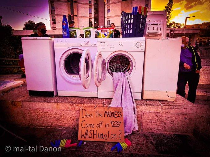 """صور: متظاهرون يضعون غسالات أمام منزل نتنياهو في احتجاج رمزي على فضيحة """"الملابس المتسخة"""""""