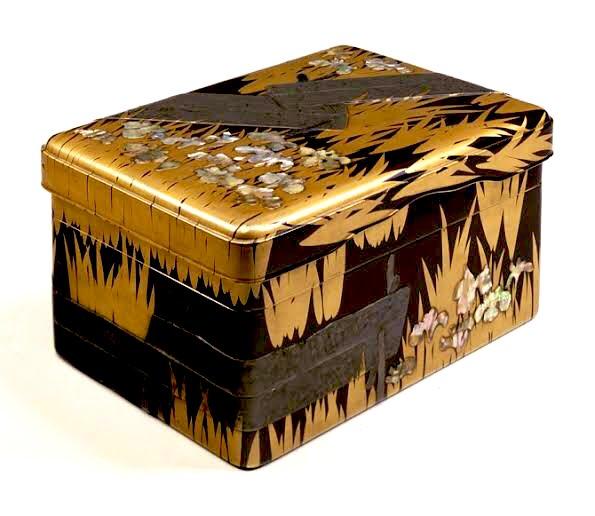 東博土産の「八橋蒔絵螺鈿硯箱クッキー」の缶。300年後には、新しい日本文化の傑作とか言われてそうなクオリティ。工藝2020のお土産にぜひ。← 光琳作の国宝 クッキーの缶→