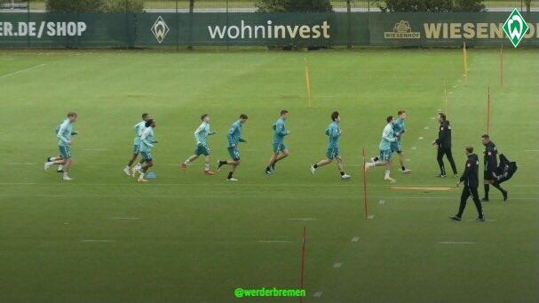 Zurück in Bremen, geht es für das Spielersatztraining auf den Platz. 🏃♂️💦  #Werder https://t.co/yNFm8c0bI6