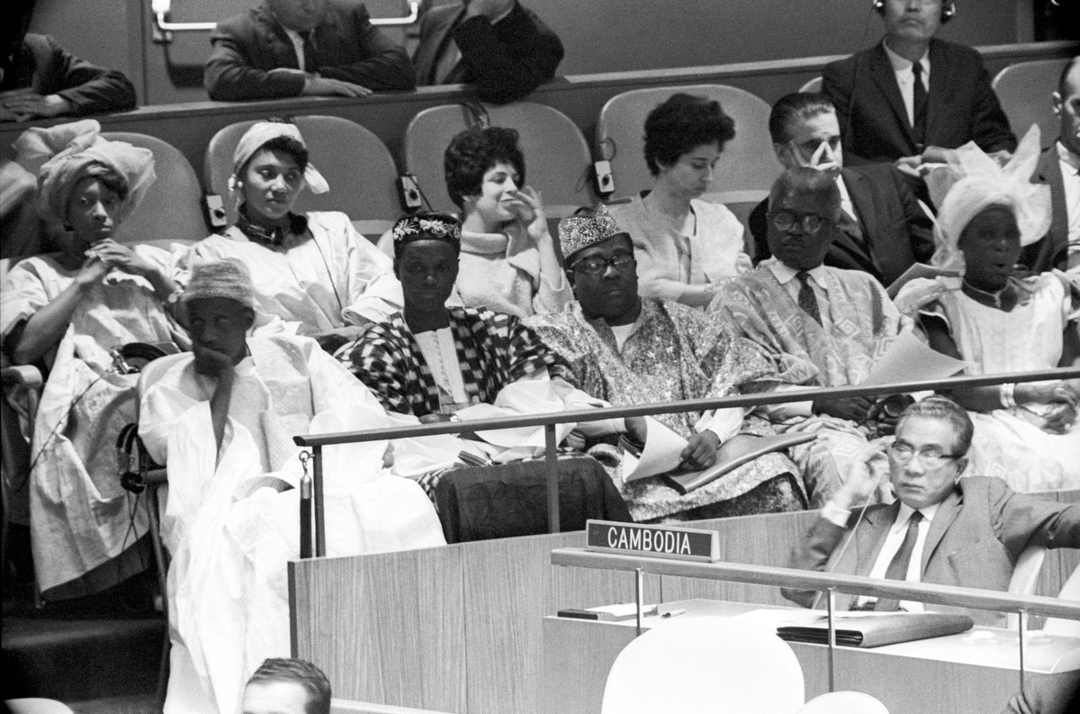 27 Sept 1961. became the 100th member of the United Nations this afternoon, Members of #SierraLeone's delegation are seen here in shortly before the Assembly acted on the Security Council's recommendation. Heading the delegation is Sir Milton A.S. Margai (left, front row). https://t.co/lXWrAi84Jj