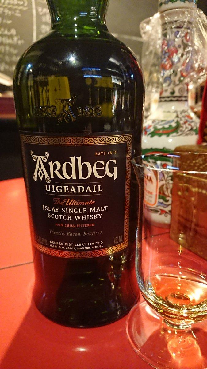 いやはや今日は穏やかな1日。 まぁ定番のアードベッグ ウーガダールで一杯。 ウィービースティーとは違った甘さのアードベッグ。 落ち着く甘さでいいですなぁ。 #TWLC #ARdbEG #アードベッグ https://t.co/VG0xZVcLVI