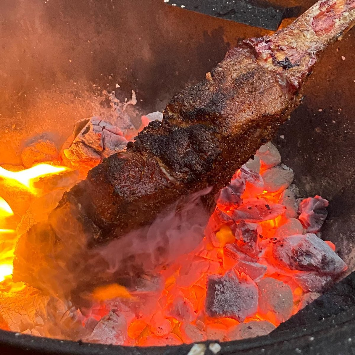 Getting a good sear on a steak is crucial. What's the best way to build a crust: caveman style or our cast iron grill grates?  📷 by @brews_and_ques: Ended up catching my charcoal chimney on fire so in crunch time I had to dump and go Caveman style!!🤘🏼   #chargriller #steak https://t.co/MzqNBA7Bbd