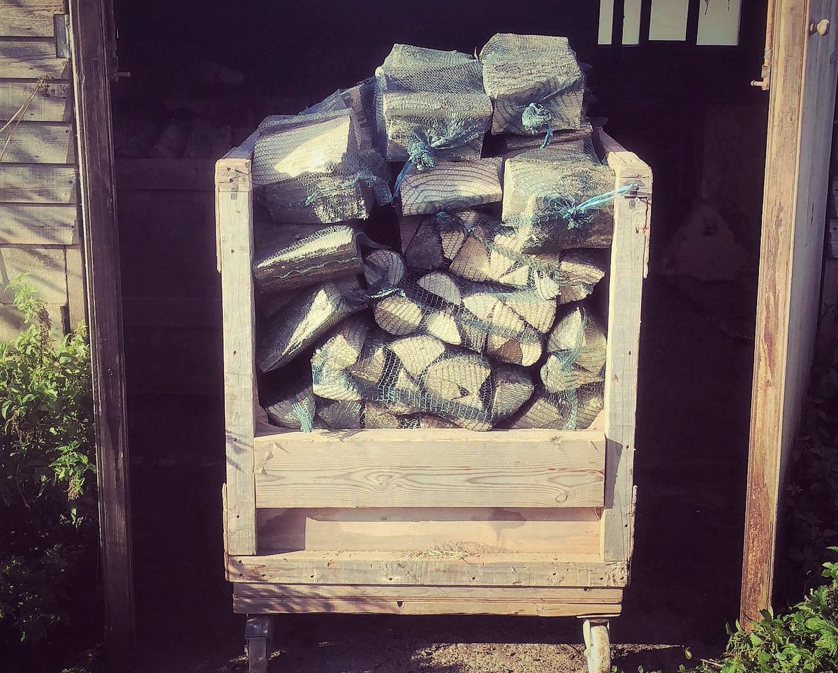 It's getting colder so you need to light those fires. We have in stock local dry hardwood logs at £6 per bag; softwood offcuts £4 per bag. Spend £90 for free delivery! Call ☎️01273 570500 for queries/orders #brighton #wood #recycling #reclaimedtimber #winterishere #gettoasty ❄️❄️ https://t.co/WnGPpShl2s