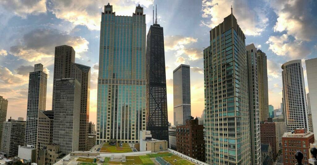 The architecture of Chicago in the early morning light.   #chicago #chicagoillinois #windycity #chitown #explorechicago #bigcity #architecture #chiarchitecture #chicagoskyline #lookup #skylines #cityviews #cityscapes #skyart #buildings #skyscrapers #midw… https://t.co/RWrlU4hKVP https://t.co/mfOwzlrsZP