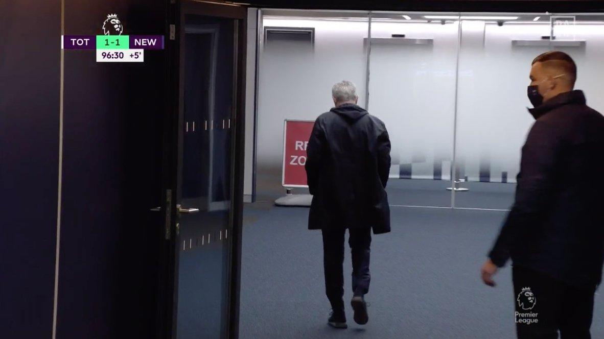 Mourinho thất vọng bỏ đi khi trận đấu chưa kết thúc