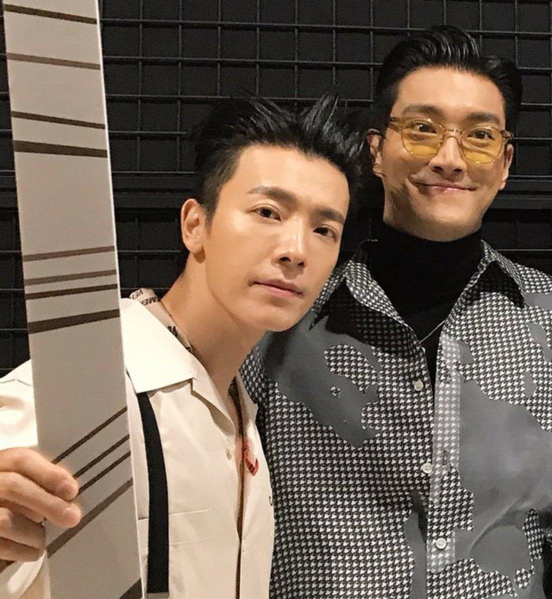 #本日のシヘ🐴🐯💜💙  シウォナの顔が可愛いシヘ。 まるでドンヘと兄さんに「キュッ」と、寄られて喜んでいるよう❤  対する🐧🐒🦒🌰も可愛い。  スジュを2つに分けて何かさせるのって絶対面白くなる予感しかないよね。 代表例、すごろくゲーム  #Siwon #Donghae #sihae https://t.co/6kvmkotLQc