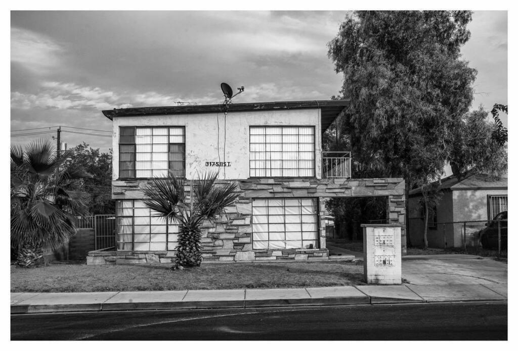 11th Street, Las Vegas, 2020 . #vintage #vintagevegas #apartment #downtown #dtlv #lasvegas #bw #bnw #bnwphotography #lvelectrified #bnw_captures #bnwphoto #blackandwhite #schwarzweiss #merian https://t.co/pA5YGQNTt7 https://t.co/j8GpBvwrmg