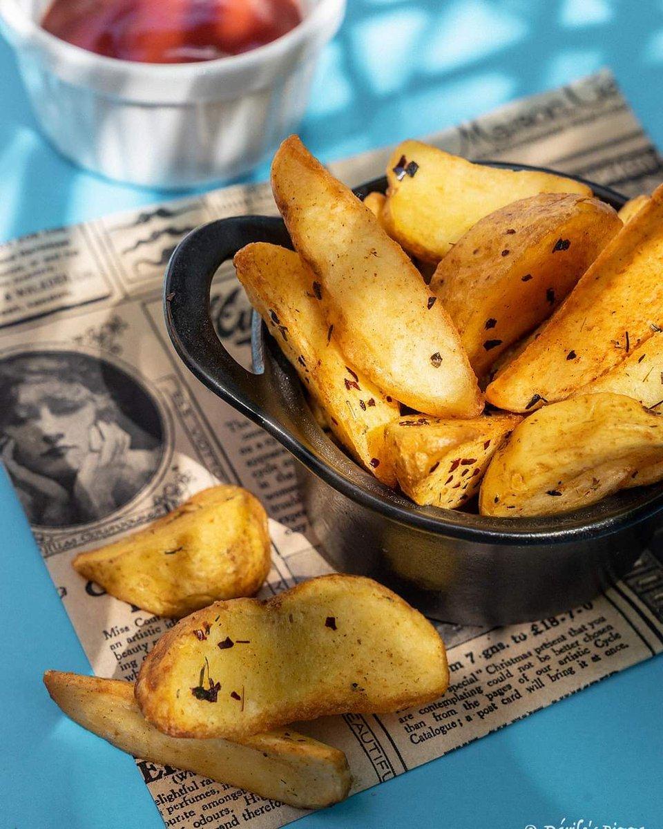 ¿Quien podría rechazar unas patatas gajo para acompañar con tu pizza🍕? Está claro que nadie 😅  Para compartir , o para comértelas tú solo 😛  #patatas #patatasgajo #pizzeriaboadilla #darilospizza #entrantes #pizzalover #pizzatime https://t.co/gHrT0p76Lh