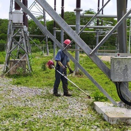 Los combatientes de la @Milicia_B1 permanecen efectuando labores de desmalezamiento en las subestaciones eléctricas de todo el territorio nacional. https://t.co/Ln56BMS77s