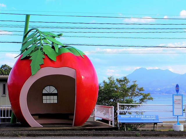5000RT:【待合所】長崎・諫早市の「フルーツバス停」が可愛い1990年の長崎旅博覧会をきっかけに設置。担当者によると『シンデレラ』に登場する「かぼちゃの馬車」がアイデアの元になったという。