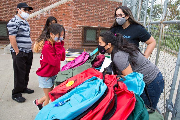 PS 329 @PrideEast in East Elmhurst, Queens, hosted a backpack giveaway on Saturday. A 4th-grade student looks over her choices, with help from school aide Elisole Compres and social worker Estephanie Pachucho. #HereForOurKids https://t.co/sHChrSdKO6