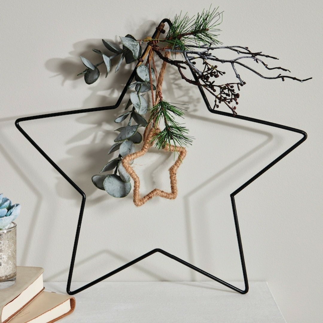 Make this piece the ⭐STAR⭐ of the room⭐ It slots in anywhere, living room, bathroom, bookcase 📚 you name it, it fits!  Eucalyptus & Cones With Spruce Metal Star only £4 @bm_stores 🔍  #bmstores #homesweethome #sheffield #drakehouseretailpark https://t.co/mZSvXNe7QW
