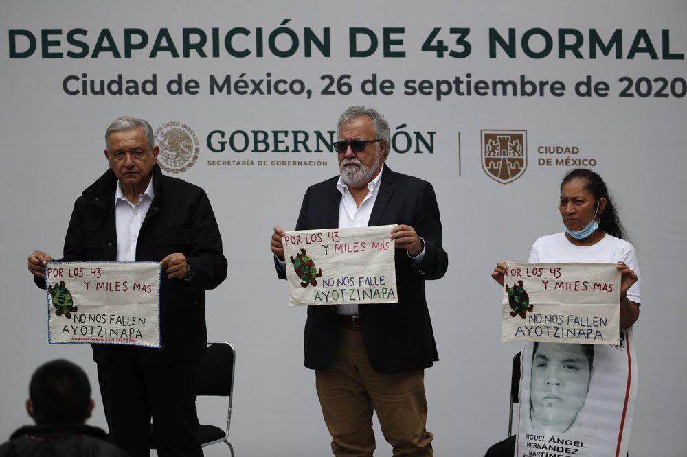 Mexican authorities issue warrants for military, police allegedly linked to disappearance of 43 students Photo