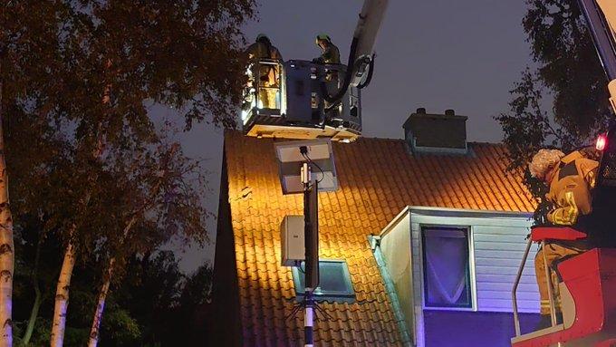 Inzet hoogwerker vanavond voor losse dakpannen bij woning Wollegras in Naaldwijk. https://t.co/DT5PsddY6n