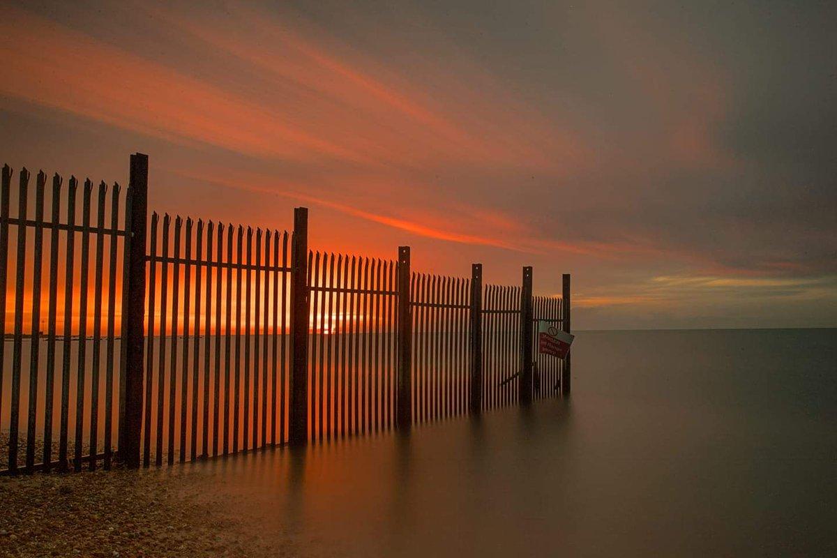 Lovely sunrise this morning over Shoebury East Beach by @drumon25   #sunrise #shoebury #shoeburyness #essex #eastbeach #southend https://t.co/Jh8fR337DE