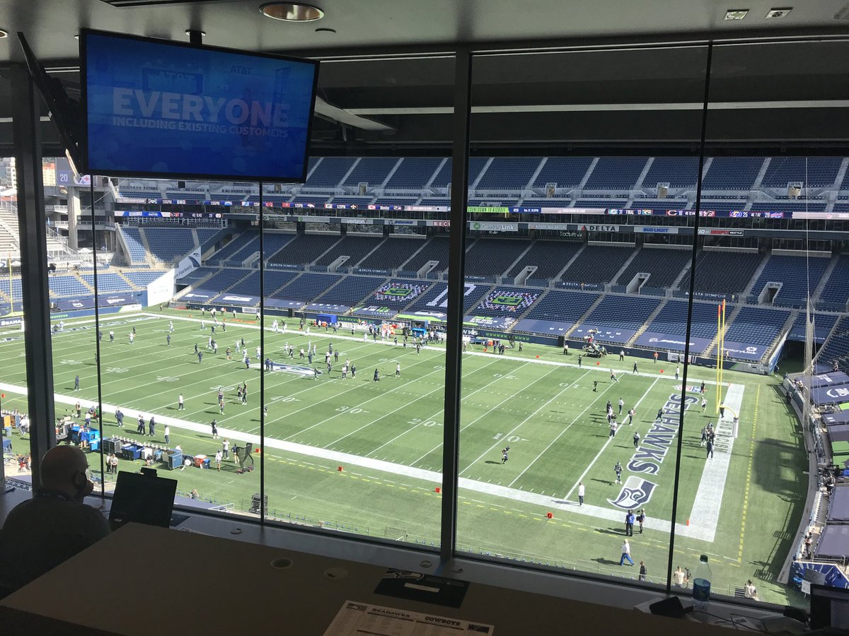 A perfect weather day for a quiet football game in Seattle.