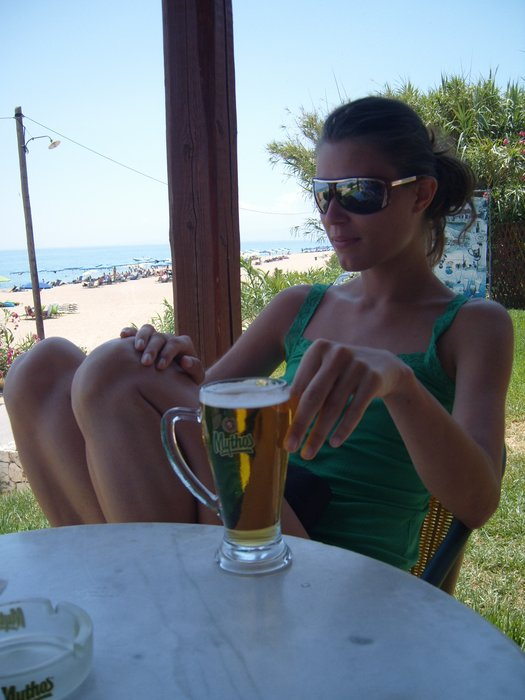 She's enjoying that Mythos beer  I always enjoy a Mythos beer  Wish I was there #mythos #beer https://t.co/a3nRtqv3N2