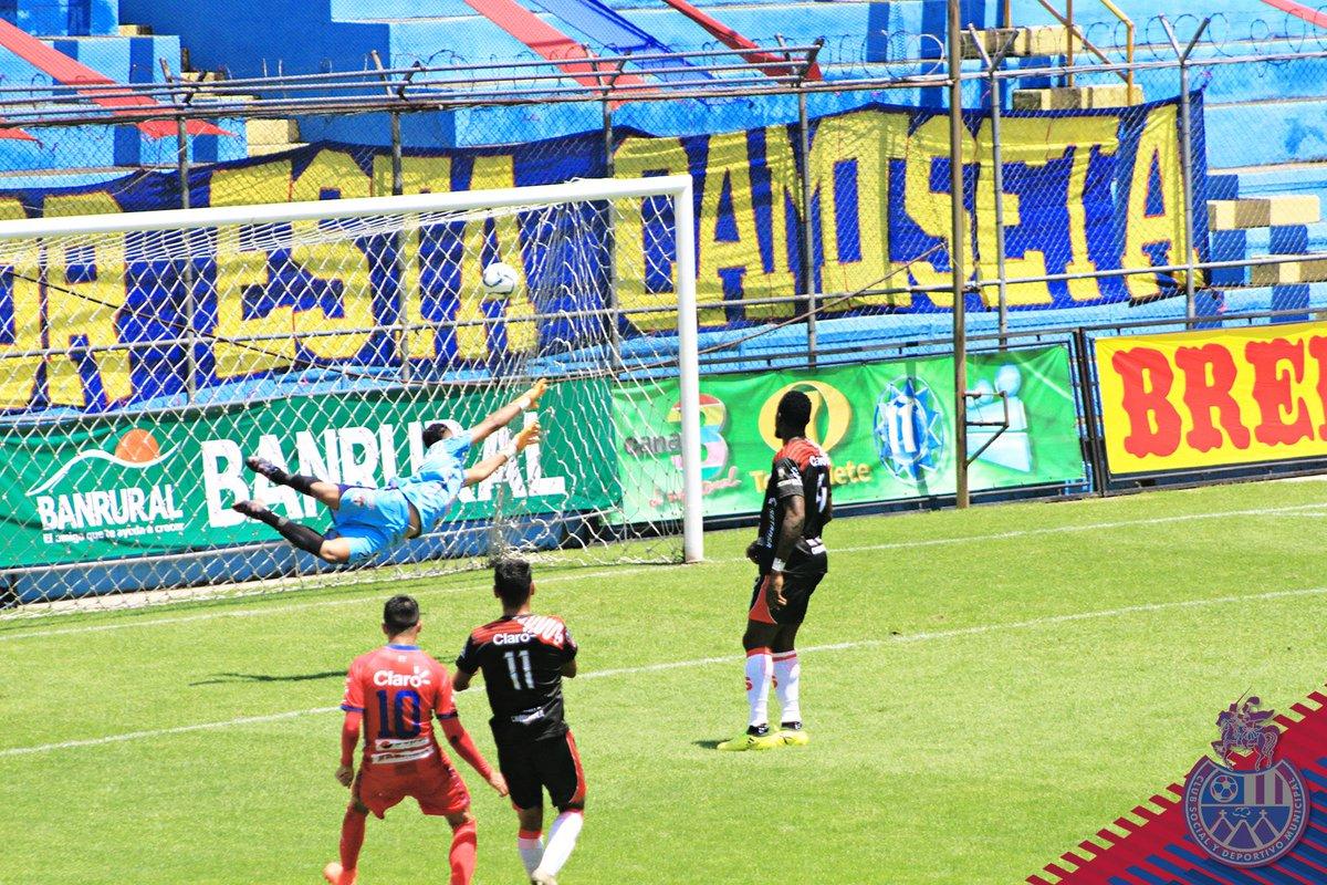 .@GambetaDiaz1 anotó dos golazos en la victoria de @Rojos_Municipal 3-0 contra @SacachispasGT. El tercer tanto de los rojos fue anotado por John Méndez. Los escarlatas suben al subliderato del #Apertura2020 #Jornada5. Fotos: CSD Municipal. https://t.co/1N7Jc3VIBS