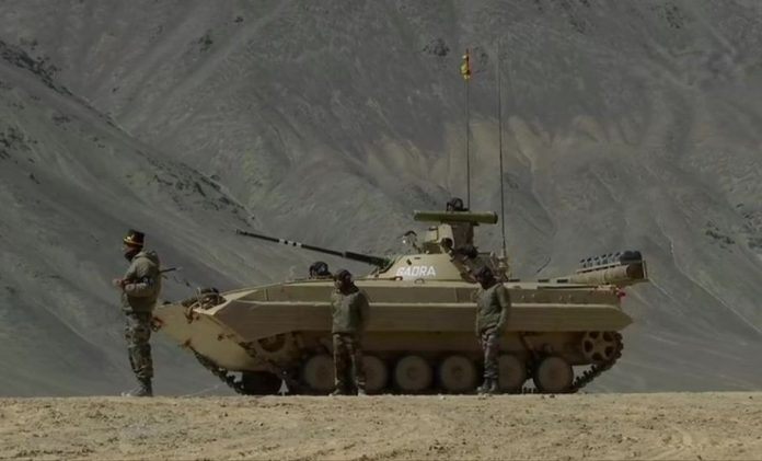 Indian Army deploys T-90 & T-72 tanks along with BMP-2 Infantry Combat Vehicles that can operate at temperatures up to minus 40 degree Celsius, near Line of Actual Control in Chumar-Demchok area in Eastern Ladakh. #IndiaChinaBorderTension #IndiaChinaStandoff #IndianArmy #ANInews https://t.co/UZ3E0TCdqm