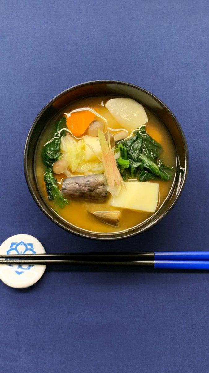今日の味噌汁は具だくさん味噌汁だ。これ一品で食事としても成り立つボリュームだ。