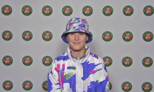 The cold slam.   Brought to you by Genie 'Bucket hat' Bouchard 😂  #RolandGarros https://t.co/8FVgTXXaaV