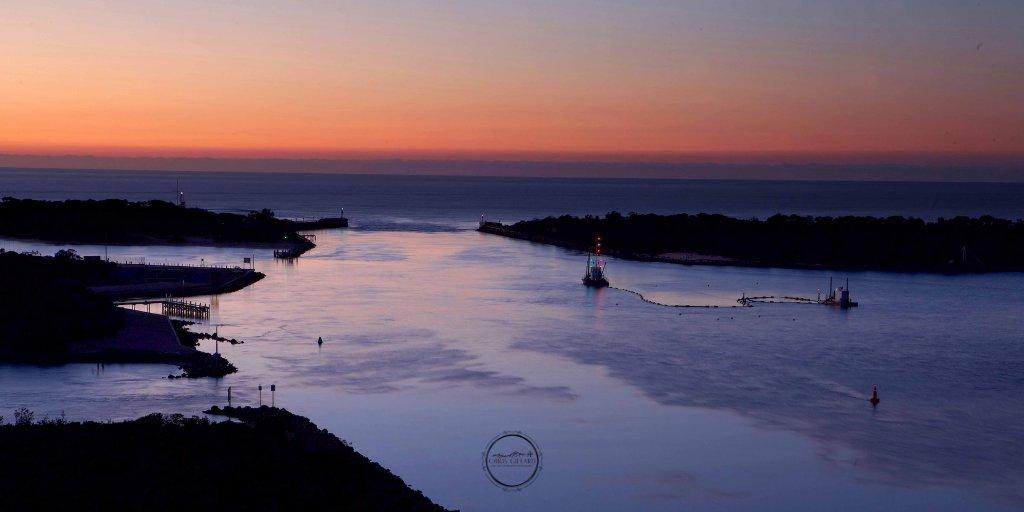 Lakes Entrance. A trawler enters the Gippsland Lakes just ahead of sunrise. #trawler #Gippsland #LakesEntrance #VisitVictoriaAustralia #FishingTrawler #Auspol #TourismAustralia #90MileBeach #GippslandLakes   For more #landscapephotography please see @fragile_Landscapes on Insta. https://t.co/bHSipInRPa