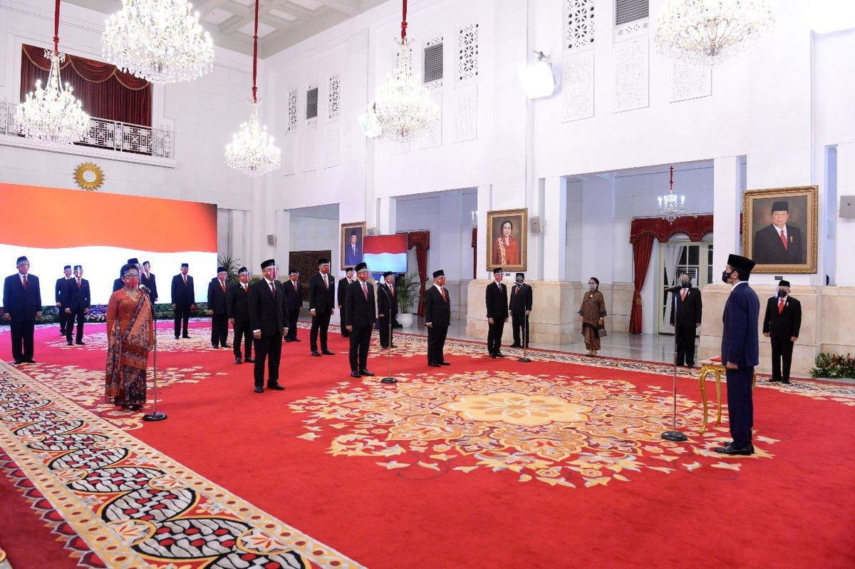 Tuân thủ theo các quy định về y tế, lễ bổ nhiệm đã được diễn ra tại dinh Tổng thống ở Jakarta.  Xin chúc mừng Ngài Đại sứ Denny Abdi.  #IniDiplomasi #RintisKemajuan #IndonesiaUntukDunia #DemiNKRI #NegaraMelindungi #IndonesianWay #IndonesiainHanoi #kbrihanoi https://t.co/pC9qMfLP61