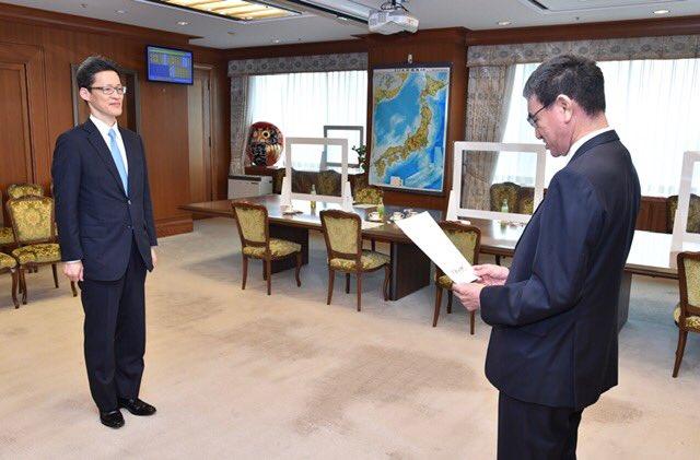 防衛大臣秘書官に秘書官からの転任の辞令を渡す。