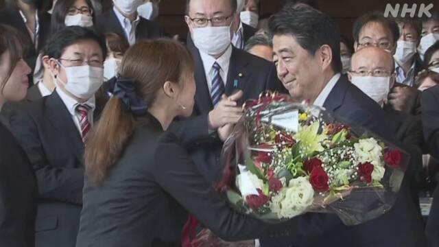 安倍総理大臣は菅内閣の発足を前に、午後0時40分ごろ、総理大臣官邸をあとにしました。#nhk_video