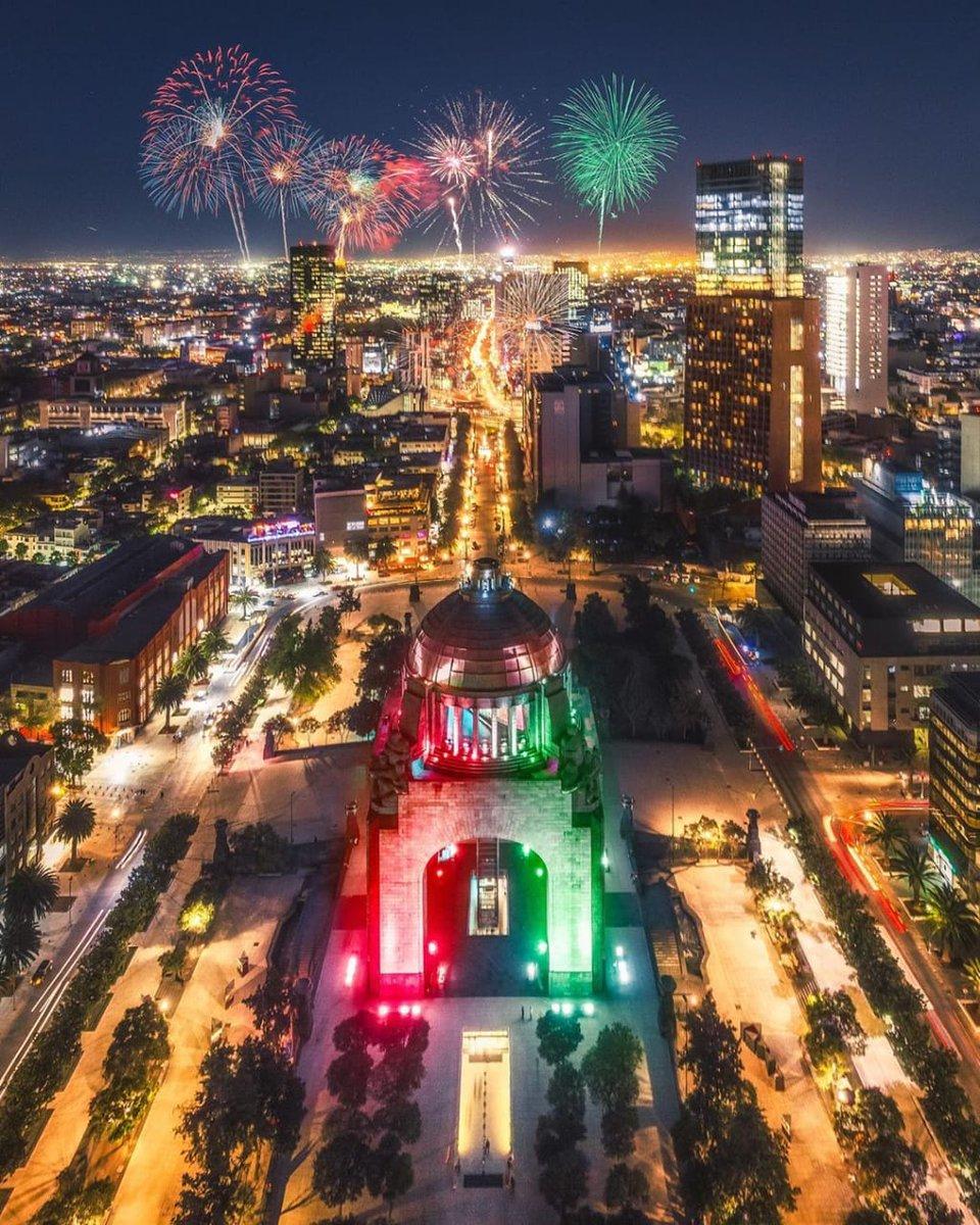 Los fuegos artificiales del Zócalo vistos desde la Plaza de la República 🇲🇽😱   #GritoDeIndependencia   📸: mr_juanpablo https://t.co/JnZNOoJUKW