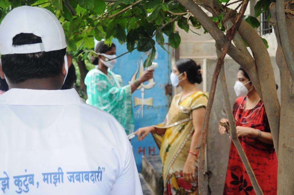 """""""माझे कुटुंब, माझी जबाबदारी"""" मोहिमेअंतर्गत सोलापूर जिल्ह्यात डोर-टू-डोर सर्वेक्षण.  Door-to-door survey as part of the 'Majhe Kutumb, Majhi Jababdari' campaign, Solapur district. https://t.co/bf4QOFrDi7"""