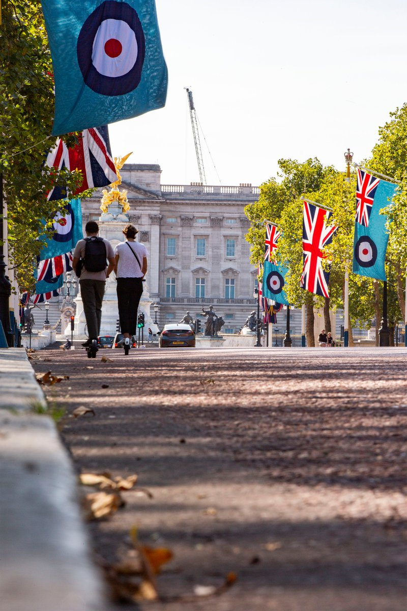 This week, Union & RAF Ensign flags are flying on The Mall to mark the 80th anniversary of the Battle of Britain. This coincides with the Queens Colour Squadron of the @RAF_Regiment conducting duties at Her Majesty's Palaces in London. raf.mod.uk/our-organisati… #DetectAndDefend