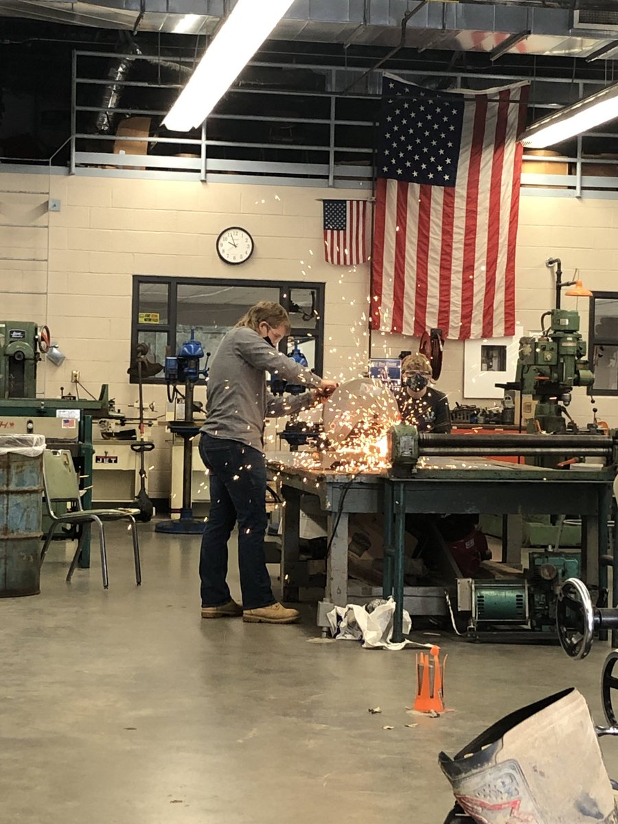 Mr. Dunaway's Manufacturing Technology Class at Herrin High School learning real world job skills. #tigerpride #herrinhighschool #manufacturing #greatkids https://t.co/iRzgikh9zn