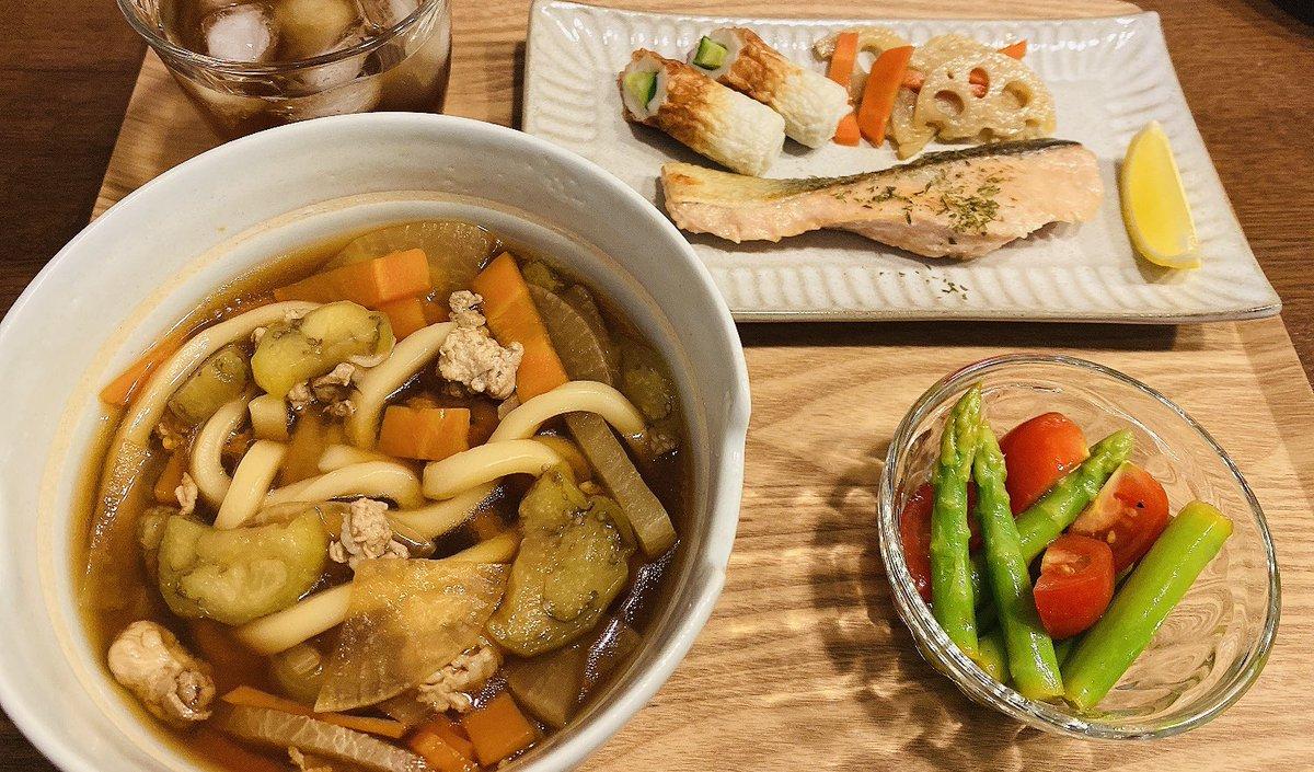 こんばんは(*^▽^*)ノ♬*゚今日もお疲れ様でしたん✨今日の晩ご飯は、肉野菜うどん、アスパラとトマトのマリネ、鮭のムニエル、レンコンのきんぴら、ちくきゅう🍋こんなに食べてダイエットになっているのだろうか?でも栄養はしっかりとらないとですよね😆#おうちごはん