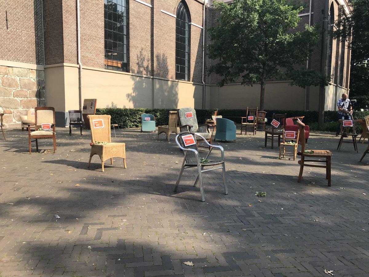 Elk verkeersslachtoffer is er één te veel. Daarom doen wij vandaag mee aan EDWARD-Day, de Europese Dag zonder Verkeersdoden. Naast de Grote Kerk in #Emmen staan tot 16.30 uur 27 lege stoelen die symbool staan voor de 27 verkeersslachtoffers die vorig jaar in #Drenthe vielen https://t.co/bwtMiCxOqy