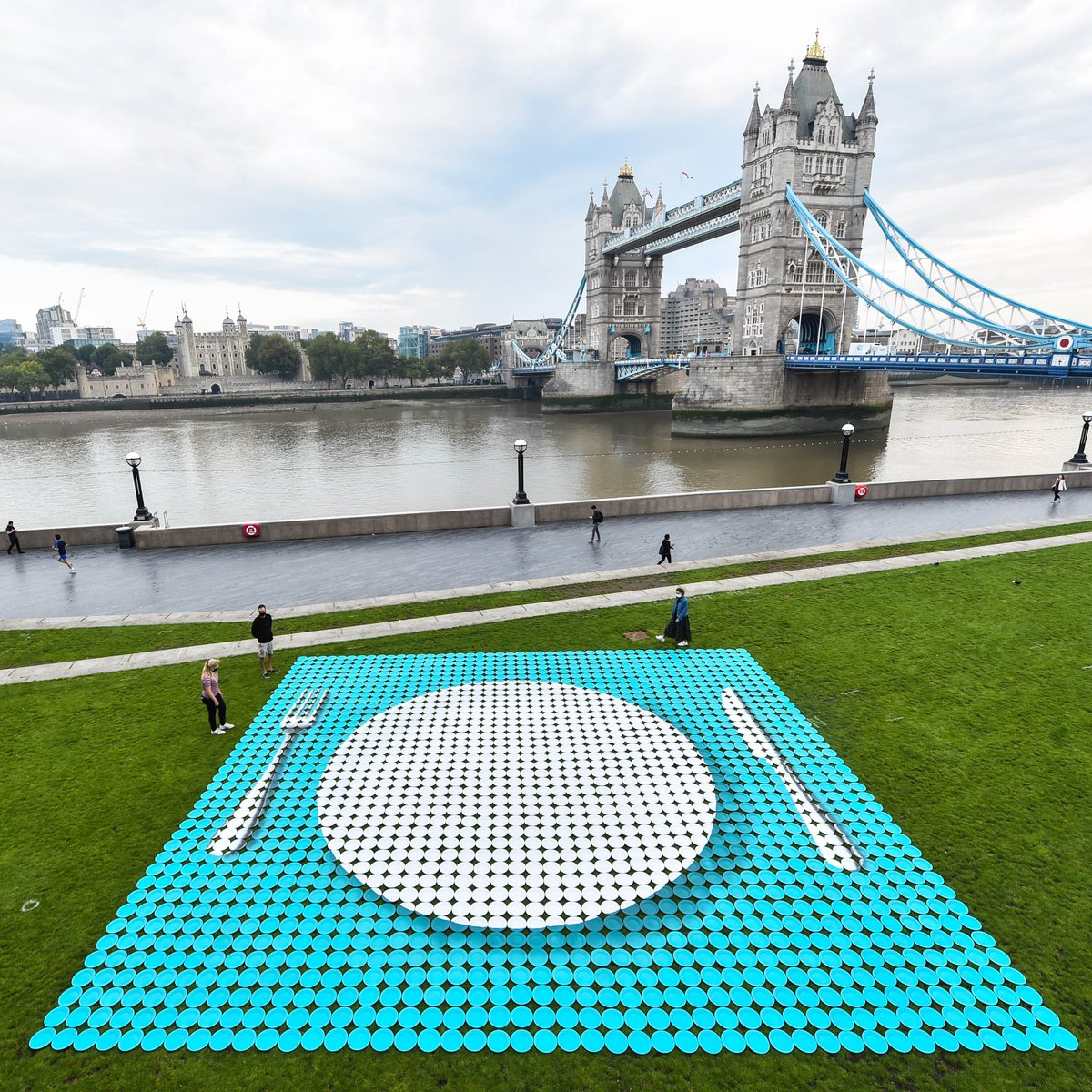 Our Empty Plate installation today in partnership with @HeinzUK 1,800 empty plates representing the 1.8 million school age children in the UK at risk of starting the day too hungry to learn. #SilencetheRumble #Nochildtoohungrytolearn #EndChildFoodPoverty