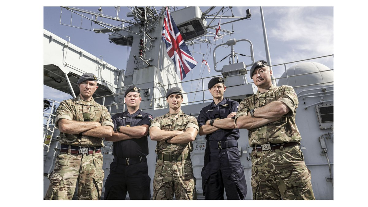 For #BattleOfBritain80 yesterday, the Union Flag was flown at full-mast onboard @HMS_ALBION 🇬🇧 Personnel from the @RoyalAirForce and the @RoyalNavy Fleet Air Arm (royalnavy.mod.uk/our-organisati…), part of #LRGX and @ComdLittoralSG, commemorated the occasion at sea