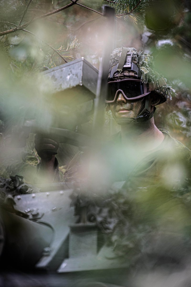Des techniciens de guerre électronique terrestre canadiens et des membres du peloton de reconnaissance canadien s'exercent aux procédures de reconnaissance au niveau du peloton au cours de l'exercice WENDIGO SPIRIT, dans le cadre de l'#OpREASSURANCE. https://t.co/sJGxcwo2WP