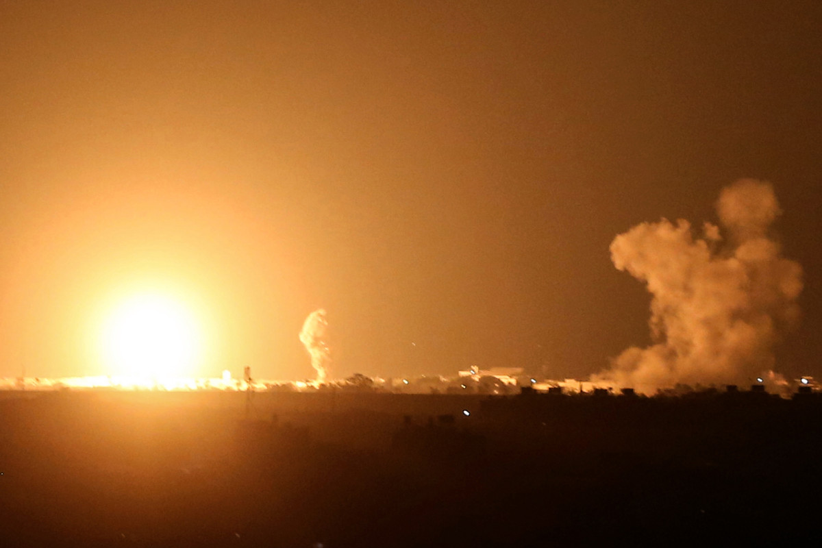 israeli-army-strikes-gaza-in-response-to-rocket-attacks-after-peace-deal Photo