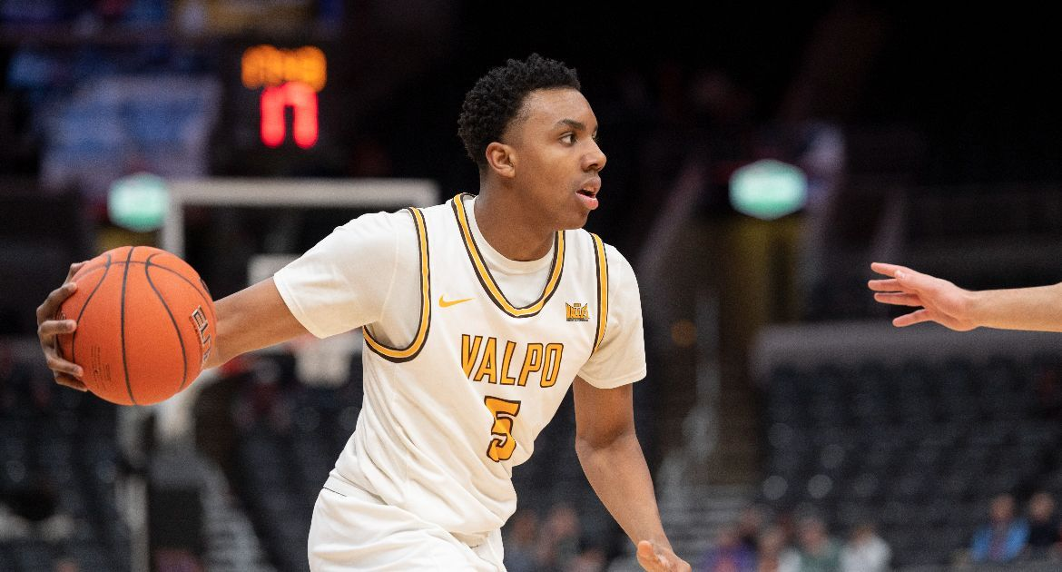 After earning MVC All-Freshman Team honors as a rookie, @DonovanClay11 is ready for his sophomore season w/ @ValpoBasketball.   ➡️ https://t.co/2sif1xPlN5  #GoValpo | #MVCHoops https://t.co/h4YScqR5OO