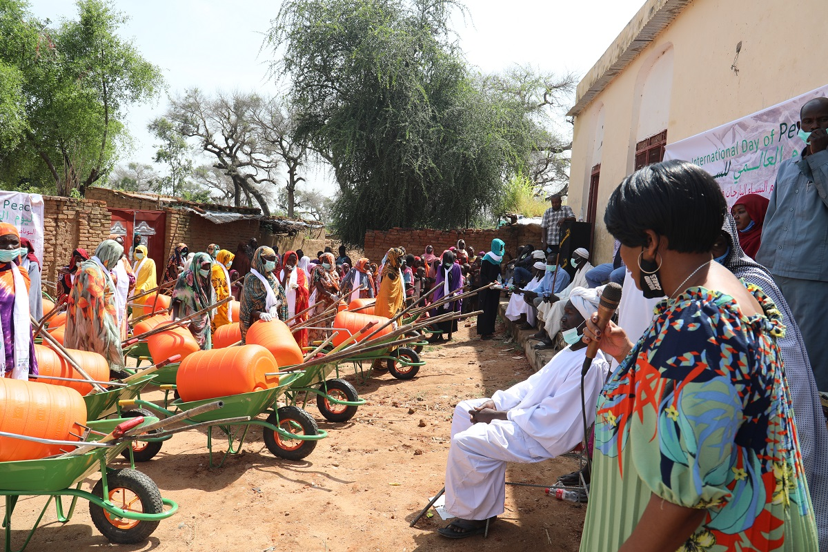 #PhotoOfTheDay #UNAMID Communications and Public Information Section handed over farming implements and water rollers to widows, disabled and elderly women at Khamsa Dagaig Camp for Internally Displaced Persons (IDPs) in Zalingei, Central #Darfur. https://t.co/fnbHd5bLAS