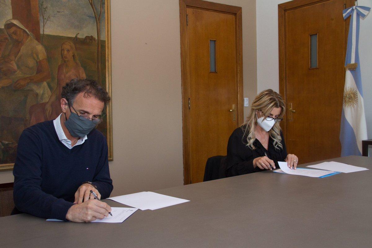 Con @marisafassi firmamos un convenio para poner en marcha nuevos proyectos del Plan #ArgentinaHace en Cañuelas.  Queremos llevar obra pública a los 2.300 municipios del país, para generar empleo y oportunidades en cada rincón de la Argentina. https://t.co/5XNDHxPiXm