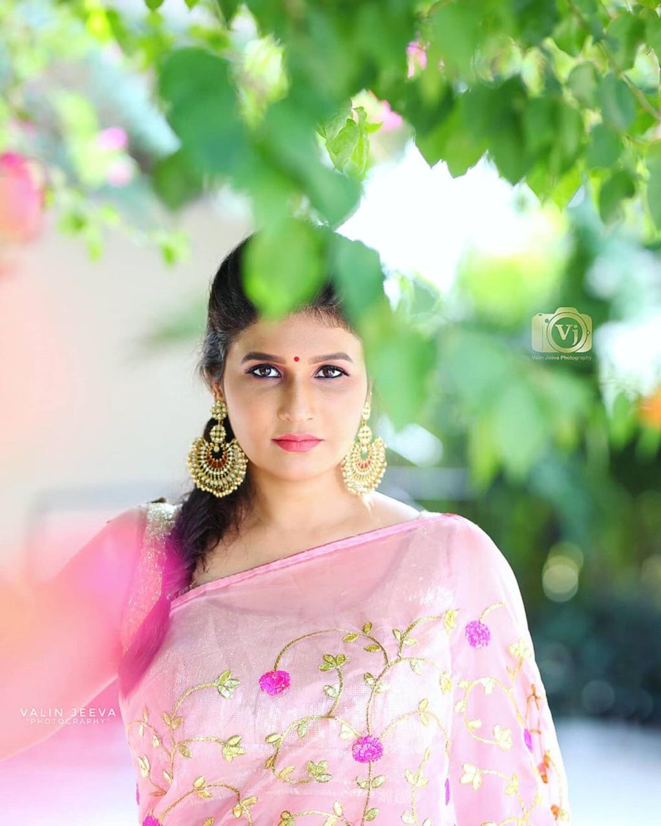 Anything Is Possible With Sunshine & Little Pink.  Take A Look At Pretty Actress @Anjenakirti Draped Herself In A Pink Saree Making Us To Feel The Simplicity & Elegance.   #AnjenaKirti @Prabhastylish @PRO_Priya https://t.co/VnTlzEhKiY