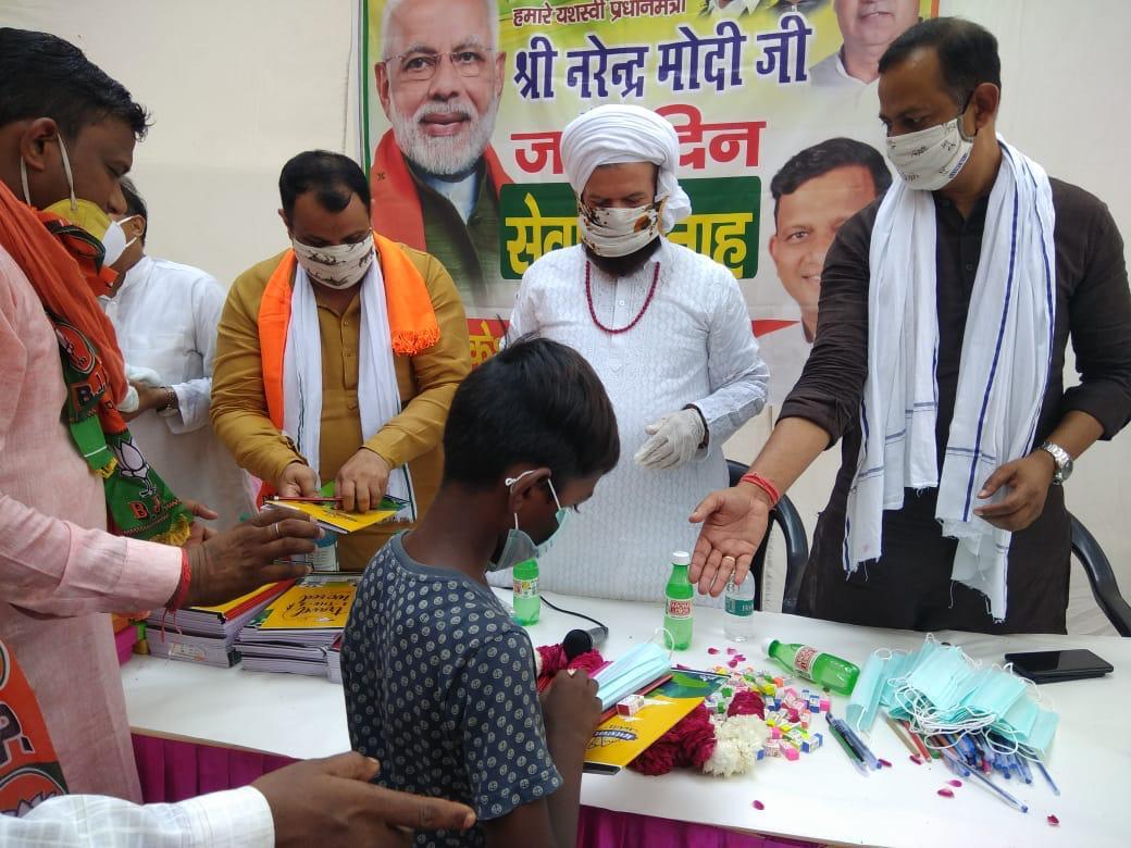 आज शाहाबाद डेरी मैं यशस्वी प्रधानमंत्री नरेंद्र मोदी जी के जन्म दिवस पर सेवा सप्ताह में बच्चों को स्टेशनरी किट देते हुए !  पदम श्री @hansrajhansHRH जी https://t.co/TAE47zqeHf