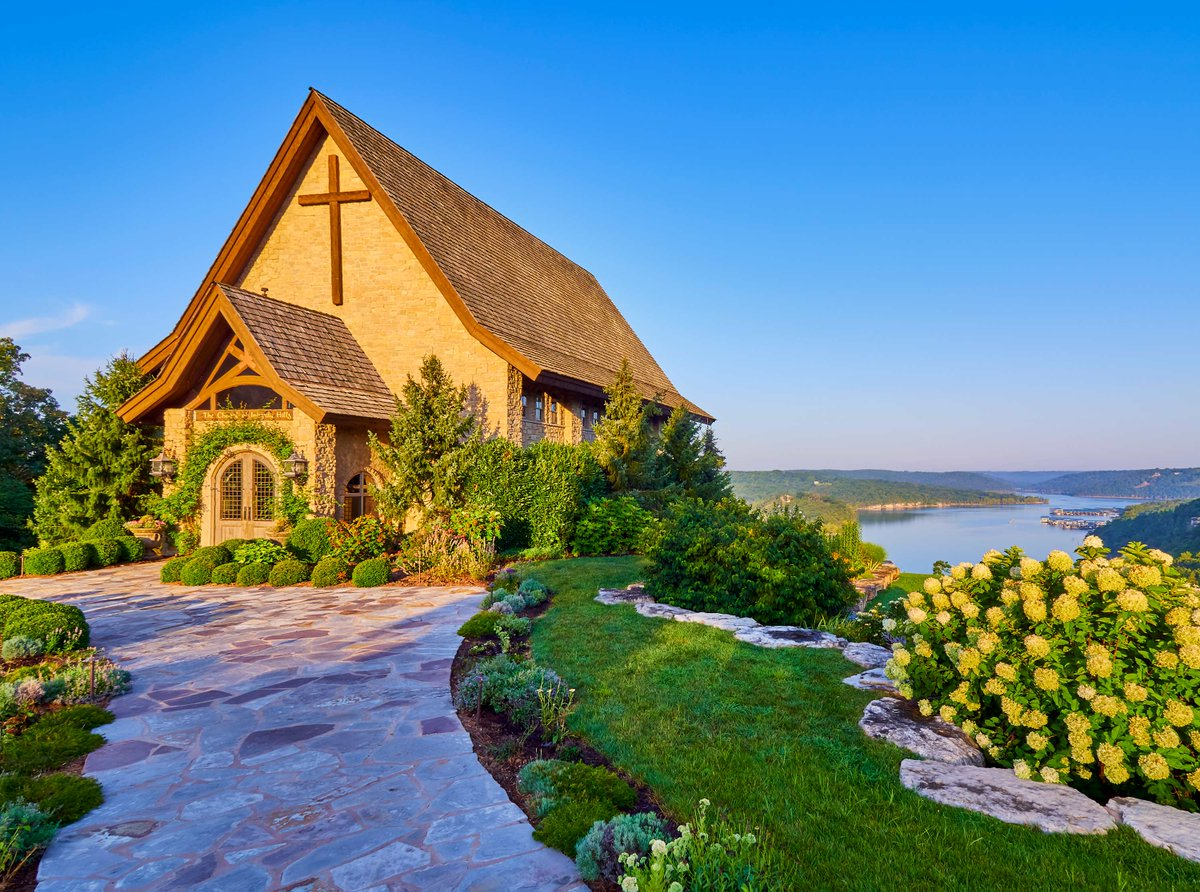 Breathtaking views surround you and your guests when you say I do overlooking Table Rock Lake. #weddingwednesday https://t.co/fXtIubOfGy https://t.co/TZtvDSzl5i