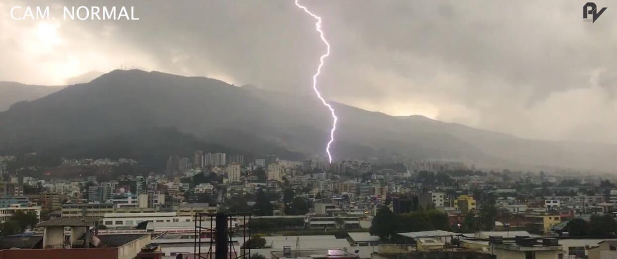 Fuerte lluvia eléctrica se registró hoy en la capital de los ecuatorianos #Quito #Ecuador https://t.co/AmFYeoOhgs