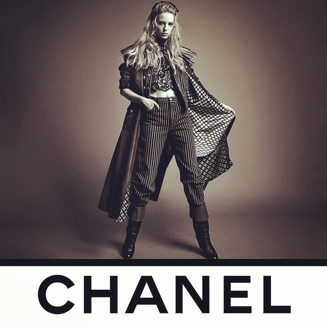 Loving @CHANEL❤ Inez and Vinoodh photographed model Abby Champion wearing a long CHANEL coat that reveals a graphic lining that extends the houndstooth motif into an infinity of interlaced double C's. See the CHANEL Fall-Winter 2020/21 Ready-to-Wear collection @CHANEL. ❤💕💙💜 https://t.co/5iXVVKvQbV