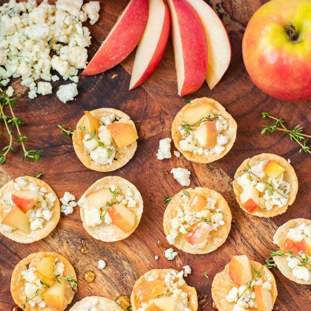 🚨 Cheesy Post Alert: If you were a fruit, you'd be a fineapple. 🍏    #popchips Sea Salt #crostinis topped with blue cheese, apple, fresh thyme & honey 🌱🍯 https://t.co/R5yCnAIqlY
